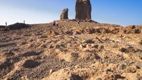Roque Nublo berg i Gran Canaria, kanariefågelöar på en blå solig dag Filmisk kamerarörelse stock video