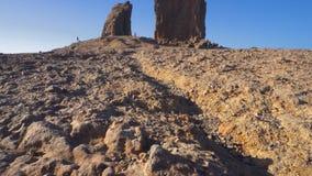 Roque Nublo berg i Gran Canaria, kanarief?gel?ar p? en bl? solig dag Filmisk kamerar?relse lager videofilmer