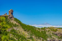 Roque Nublo de Gran Canaria con Teide de Tenerife en el backgr imagen de archivo libre de regalías