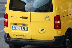 Roquebrune-Casquillo-Martin, Francia - 14 de noviembre de 2018: Servicio de entrega amarillo del paquete de La Poste Van Citroen  imagenes de archivo