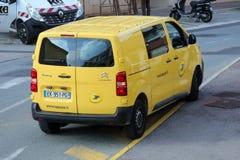 Roquebrune-Casquillo-Martin, Francia - 14 de noviembre de 2018: Servicio de entrega amarillo del paquete de La Poste Van Citroen  imagen de archivo libre de regalías