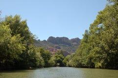 Roquebrune vom Fluss Argens Stockfotos