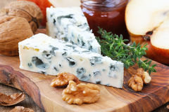 Roquefort τυρί με τα ξύλα καρυδιάς και το θυμάρι Στοκ εικόνες με δικαίωμα ελεύθερης χρήσης