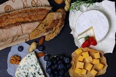 Roquefort, DorBlu, camembert en andere kazen met brood, die met bessen, noten, snack, grote grootteresolutie proeven Voedselbanne stock afbeelding