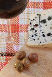 Roquefortkaas met Olijven en een Glas Rode Wijn Royalty-vrije Stock Afbeelding