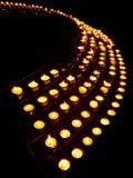 Ror av bönstearinljus i en kyrka Arkivfoton