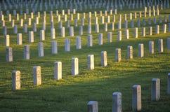 Ror av Gravestones på solnedgången royaltyfria bilder
