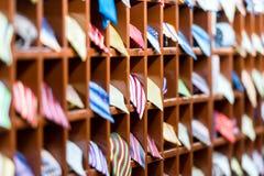 Ror av bordlägger med färgrika ties på shoppar. Arkivfoton