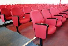 Ror av röda stolar Fotografering för Bildbyråer