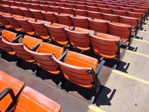 Ror av tom orange stadion placerar Fotografering för Bildbyråer