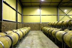 Ror av trummor i winelagringsrum Arkivfoto