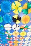 Ror mångfärgade cirklar för parasoll i lodlinje för blå himmel arkivfoton