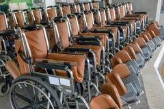 Ror tomma rullstolar som parkeras på sjukhuset royaltyfri foto