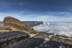 从Roraima tepui的看法在薄雾的Kukenan tepui - Venez 库存图片