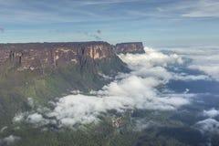 从Roraima tepui的看法在薄雾的Kukenan tepui - Venez 图库摄影