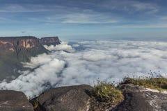 从Roraima tepui的看法在薄雾的Kukenan tepui - Venez 库存照片
