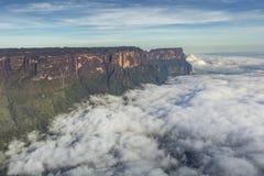 从Roraima tepui的看法在雾的Kukenan tepui - Venezu 库存照片