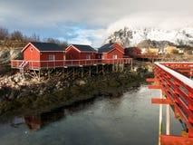 Rorbu客舱在Henningsvaer, Lofoten海岛,挪威 图库摄影