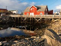Rorbu客舱在Henningsvaer, Lofoten,挪威 免版税库存照片