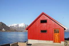 Rorbu και εκκλησία Stamsund Στοκ φωτογραφίες με δικαίωμα ελεύθερης χρήσης