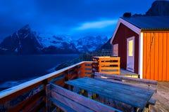 Rorbu e montagne, Lofoten, Norvegia Fotografia Stock