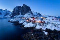 Rorbu en el pueblo de Hamnoy en el crepúsculo en la estación del invierno, islas de Lofoten, Noruega de las cabinas de Fishermenâ imágenes de archivo libres de regalías