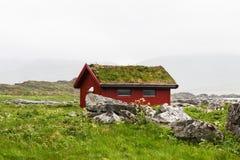 Χαρακτηριστική κόκκινη καλύβα αλιείας rorbu στο χωριό, Lofoten Στοκ φωτογραφία με δικαίωμα ελεύθερης χρήσης