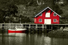 Rorbu rouge et bateau chez le Lofoten Photo stock
