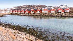 Rorbucabines van de waterkant in Stokmarknes, Noorwegen Stock Afbeeldingen