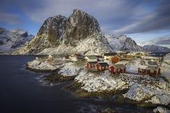 Rorbuer, cabines em pernas de pau nas rochas de Hamnoy, Lofoten Noruega imagens de stock royalty free