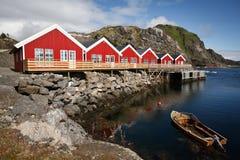 Rorbuer con la barca in Mortsund fotografia stock libera da diritti