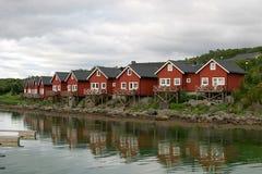 Rorbuer refletindo (casas de campo) Imagem de Stock Royalty Free