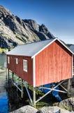 Rorbuer, vissershuis op stelten in Lofoten-archipel Royalty-vrije Stock Foto
