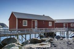 Rorbuer, vissershuis op stelten in Lofoten-archipel Stock Foto's