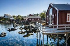 Rorbuer, vissershuis op stelten in Lofoten-archipel Stock Fotografie