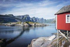 Rorbuer, vissershuis op stelten in Lofoten-archipel en brug op Moskenesoya-eiland Stock Fotografie