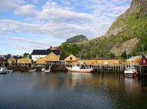 Rorbuers en las islas de Lofoten fotos de archivo