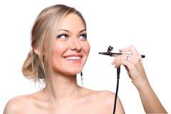 Rortrait модели девушки с airbrush руки Стоковое Изображение
