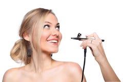 Rortrait модели девушки с airbrush руки Стоковые Фотографии RF