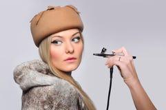 Rortrait de un modelo de la muchacha con el aerógrafo de la mano Fotos de archivo libres de regalías