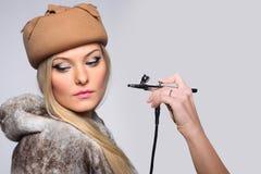 Rortrait de un modelo de la muchacha con el aerógrafo de la mano Foto de archivo