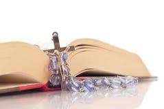 Rosário e Bíblia fotografia de stock royalty free
