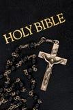 Rosário na Bíblia Fotos de Stock