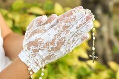 Rosário nas mãos fotografia de stock
