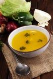 Rosół z marchewkami, cebul różnorodni świezi warzywa w garnku - kolorowa świeża jasna wiosny polewka Wiejski kuchenny sceneria ja obraz stock
