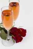 Rosé-Sektkelche mit Rosen Stockfotos