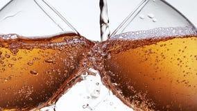 Roséwein, das in Glas, gegen weißen Hintergrund gegossen wird stock video