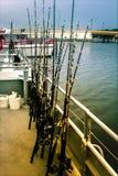 Ros estão na plataforma de um barco, toda pronta para a pesca de mar Fotos de Stock Royalty Free