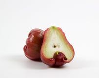 Rosa äpple som klipps i halva Royaltyfri Bild