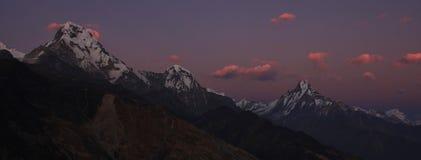 Rosa Abendhimmel über der Annapurna-Strecke Lizenzfreie Stockfotografie